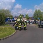 Maibaum wird von Feuerwehr auf Festplatz getragen